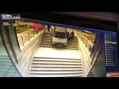 فيديو .. امرأة توقف سيارتها على سلالم مبنى.. فشاهد النتيجة!