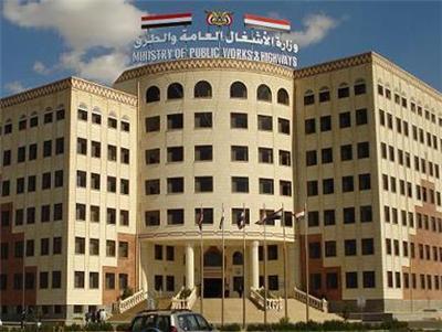 عاجل: نقابة الأشغال العامة تعلن تعليق العمل في عشر مديريات داخل أمانة العاصمة بسبب اعتداء الحوثيين على تظاهرة سلمية