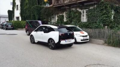 """بالفيديو.. """"BMW i3"""" تركن نفسها بدون وجود سائق"""