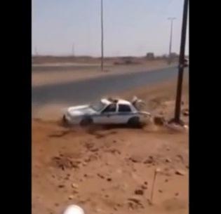 بالفيديو.. دورية أمن طرق سعودية تتعرض ل