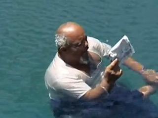 بالفيديو: رجل يمني يطفو على سطح الماء ،