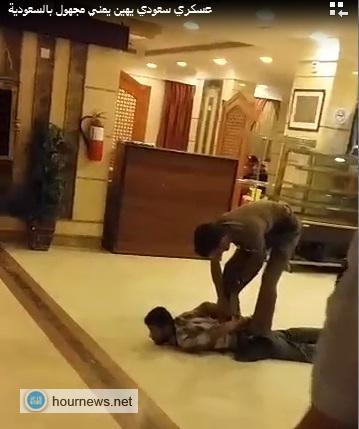 شاهد فيديو: جندي سعودي يهين يمني في مكه