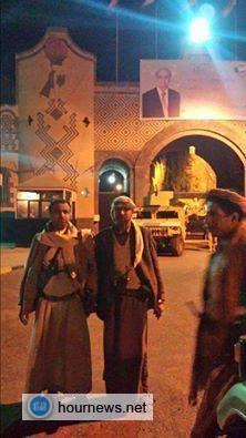 بالصورة: الحوثييون أمام بوابة دار الرئ