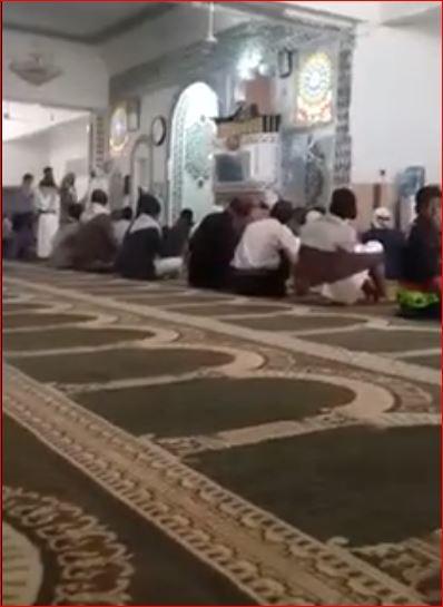 شاهد فيديو: مسلحوا الحوثي يحاولون إنزال خطيب من المنبر