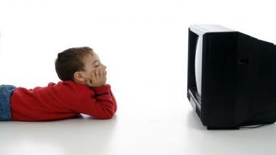 ماذا يحدث للطفل إن قضى أكثر من ساعتين أمام التلفاز؟