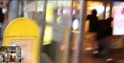 بالفيديو.. عربيان يحتجزان لصا مسلحا حاول اغتصاب فتاة
