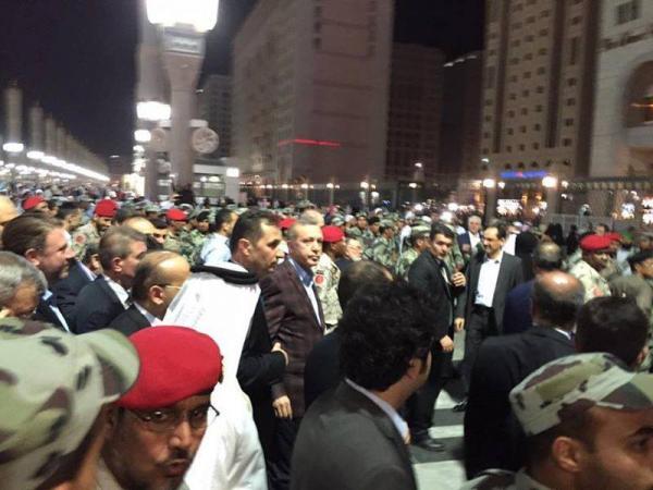 شاهد بالصور: من هو الزعيم الذي احتشد الناس حوله في الحرم المكي بالسعودية