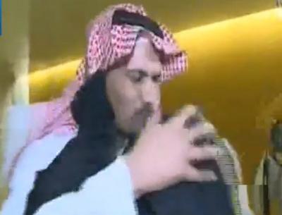 بالفيديو: لحظة استقبال والدة القنصل السعودي عبدالله الخالدي لأبنها، وأول تصريح له بعد الافراج عنه من اختطافه باليمن