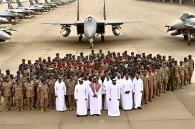 شاهد بالفيديو: الخليجيون يستعرضون قوتهم الجوية، ويأخذون صوراً تذكارية بجانبها