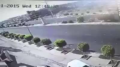شاهد بالفيديو : لحظة دهس شاب يمني محرم ذاهب للعمره على طريق الهدا الطايف