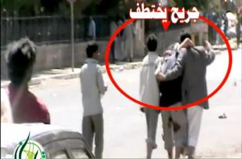 شاهد فيديو: مختطف في المسيرة اليوم في منطقة القاع وهم يأخذونه وهو جريح، وفيديو آخر لانضمام مجموعة من الجنود الى ساحة التغيير