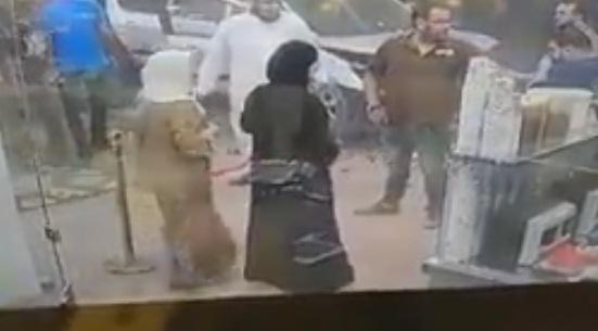 بالفيديو: سيارة تقتحم محلاً تجارياً بالاردن.. شاهد ماذا حصل لشابين كانا يجلسان بمقاعد الانتظار