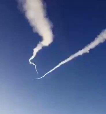 شاهد فيديو من زاوية اخرى لحظة اعتراض صواريخ باليستية يمنية فوق اجواء خميس مشيط السعودية