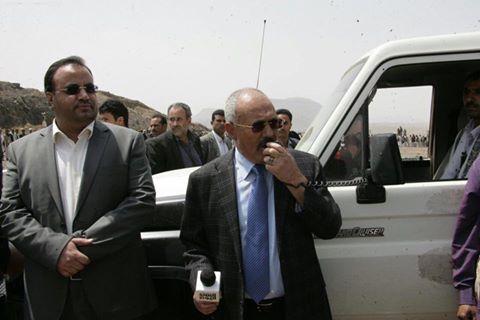 شاهد بالفيديو.. صالح يفاجئ الجميع بظهوره وسط اكبر حشد مسلحين بمعسكر الملصي بصنعاء إلى جانب الصماد وطارق صالح