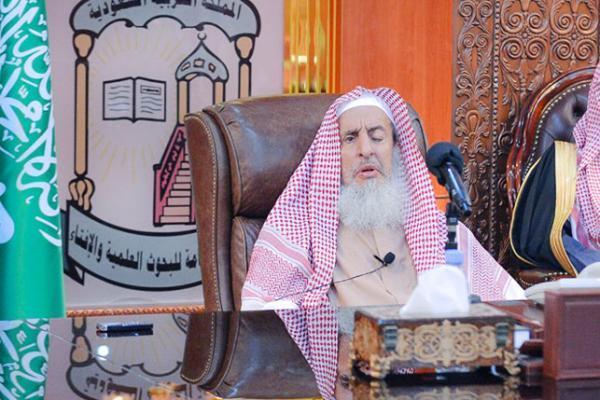 مفتي السعودية يحذر من قنوات ومواقع تبث سموماً ودعايات باطلة تستهدف الشباب (فيديو)