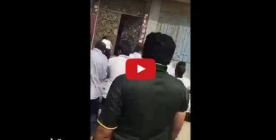"""شاهد بالفيديو.. اقتتال هنود وباكستانيين بـ """"شرفية جدة"""""""