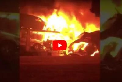 مقطع فيديو يظهر احتراق شاحنة وعلى متنها 8 سيارات بالكامل في السعودية