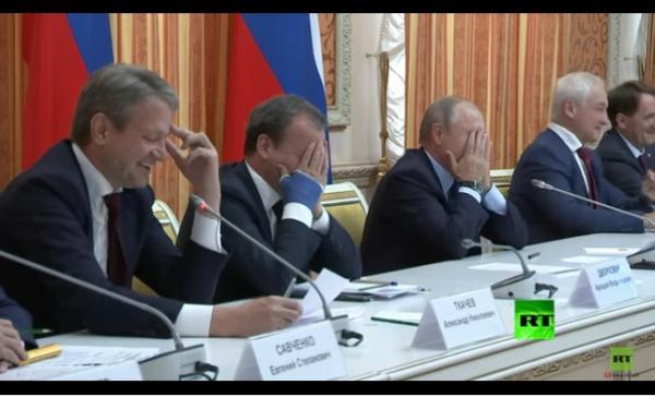 بوتين ينفجر ضاحكا من وزيره .. بسبب بلد مسلم (فيديو)