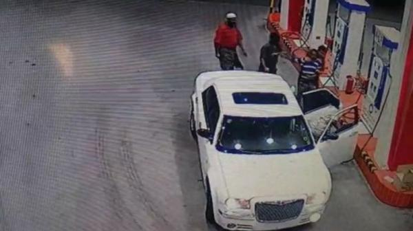 شاهد بالفيديو.. عصابة تُغطي رأس عامل محطة وقود وتخطفه بالرياض