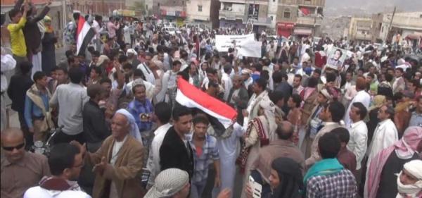 بعد عامين ونصف من «شكراً سلمان»: متظاهرون في تعز يهتفون ضد التحالف والملك سلمان (فيديو)