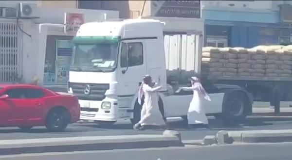 شاهد فيديو.. مضاربة بين باكستاني وسعوديين والباكستاني يقرش السعوديين ضرب عنيف