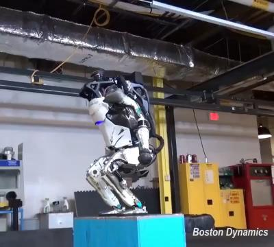 """أول روبوت في العالم يستطيع أن """"يتشقلب"""" (فيديو)"""