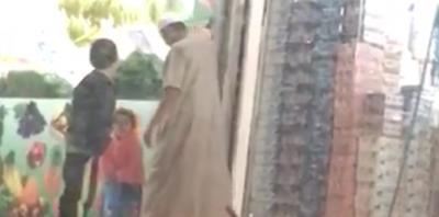 فيديو صادم.. مسن سعودي يتحرش بطفلة.. وهذا ما قالته السلطات عنه