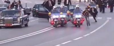 فيديو: شاب يقتحم موكب ملك المغرب والحراس يلاحقونه في مطاردة مثيرة