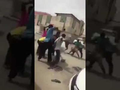 """فيديو.. مشاجرة يمنية عنيفة بـ""""السواطير"""" في السوق المركزي بالسعودية (شاهـد)"""