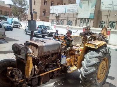"""بالصورة .. طفل صغير يثير الرعب في أحد شوارع العاصمة صنعاء بعد قيادته """" حراثة """""""