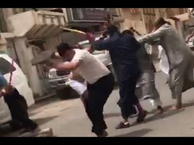 بالسكاكين والسواطير.. شجار عنيف بين مقيمين يمنيين في المملكة (فيديو)