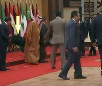 """بالفيديو.. """"بالأمس حاكم دبيّ واليوم الرئيس اللبنانيّ"""" .. زعماء العرب يتساقطون في قمة الأردن!"""