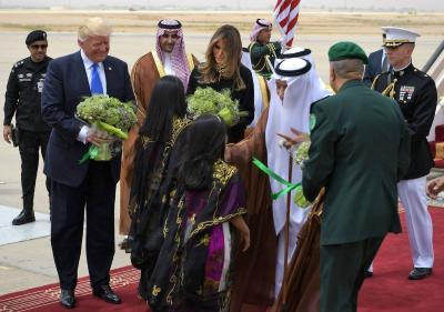 شاهد بالفيديو: هكذا استقبل الملك سلمان ترامب وزوجتة في مطار الملك خالد