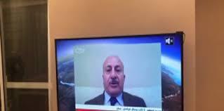 شاهد بالفيديو: الصورة الكاملة لأحد ضيوف قناة الجزيرة تظهره بالملابس الداخلية !