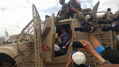 شاهد بالفيديو:لحظة وصول موكب المدرعات الإماراتية يتقدمهم محمد علي الحوثي ميدان السبعين