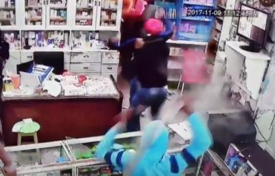 فيديو مرعب لحظة وقوع اعتداء وحشي بالسيوف على صيدلية في مصر.. (شاهد )