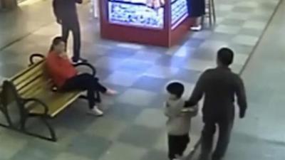 فيديو: أب ينقذ ابنه المخطوف داخل مول تجاري بالصدفة بعد اختطافه بتسعة أشهر!