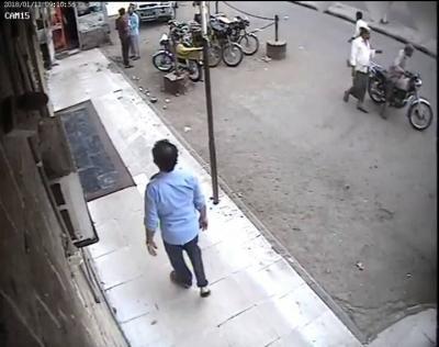 """شاهد بالفيديو: سطو مسلح على منزل طبيب اجنبي بمحافظة الحديدة """"مطلوب التعرف علية"""