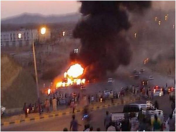 شاهد فيديو+صور لإنفجار ناقلة نفط محملة بالنفط ادت اي احراق سيارات واصابات بالمكلا