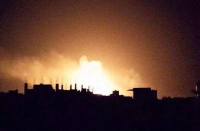 صور جديدة من الإنفجارات العنيفة وإحتراق مخازن الأسلحة بقيادة القوات الجوية مساء أمس بصنعاء