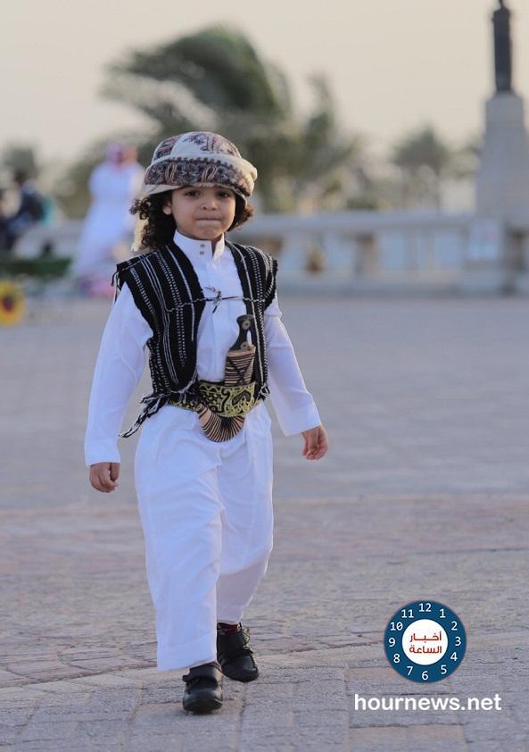 47b1b79957e89 بالصور  طفل يمني يتسابق عليه العديد من النجوم (عرب وسعوديون) لإلتقاط صور معه