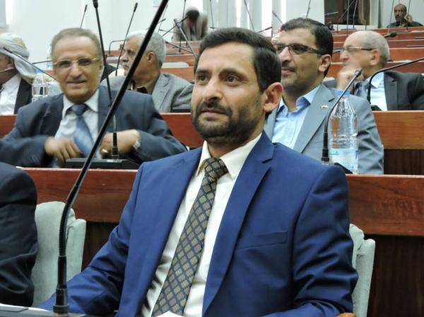 برلماني في صنعاء يكشف عن وجود 100 مليار ريال وفرة سيولة لدى الحوثيين ويطالبهم بصرف مرتبات الموظفين