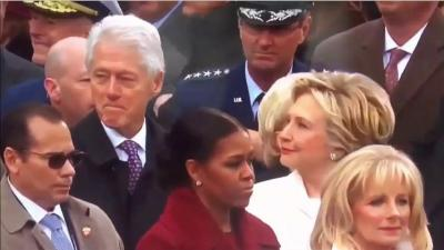 موقف مضحك.. رد فعل غاضب من هيلاري كلينتون تجاه زوجها بعد تلصصه على إيفانكا (فيديو)