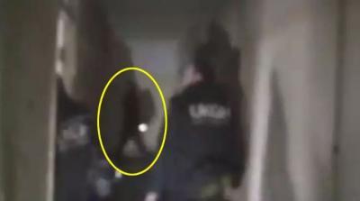«فيديو مُخيف» مرّ الشّبح من أمامهم على هيئة إنسان ولم يروه إلا بعد مشاهدة التصوير!