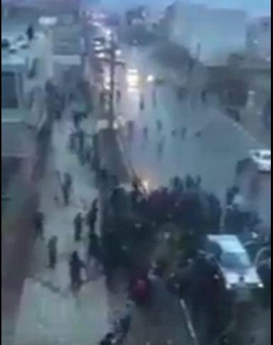 شاهد بالفيديو لمشهد نادر وفريد لصاعقة برق تضرب مركبة تسير في الشارع