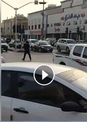 شاهد بالفيديو :مقيم يمني بالسعودية يقوم بدور شرطي المرور اثناء تعطل احدى الاشارات بالرياض