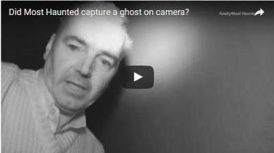 """شاهد بالفيديو : دخلوا قصراً مسكوناً للتصوير .. فخرج لهم """"شبح"""" على هيئة رجل!"""