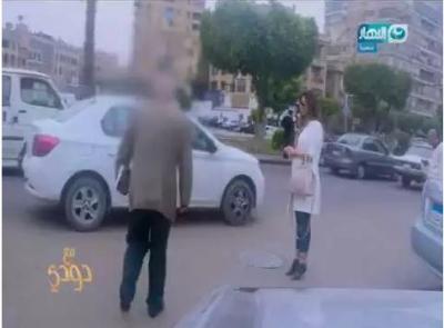 شاهد بالفيديو: مذيعة مصرية تتعرض للتحرش 150 مرة أثناء وقوفها بالشارع !