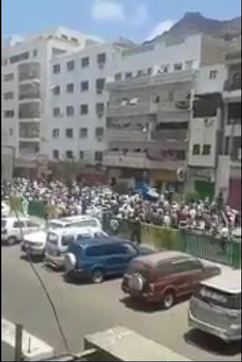 """اليمن : انصار الزبيدي في عدن بعد قرار اقالته يهتفون """"لاشرعية بعد اليوم"""" (فيديو)"""