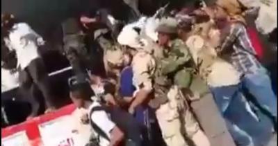 شاهد بالفيديو : مضاربة جماعية في منصة العروض في عدن على الميكرفونات بين مكونات المجلس الانتقالي الجنوبي -اليمن